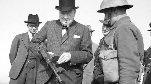 Churchill con una metralleta Thompson