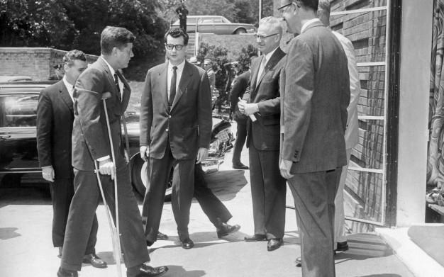 Kennedy con muletas
