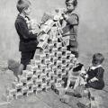 Niños jugando con paquetes de marcos alemanes durante lahiperinflacion