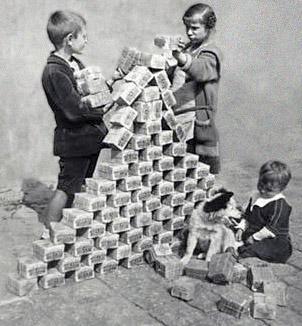 Niños jugando con paquetes de marcos alemanes durante la hiperinflacion
