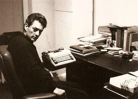 Paul Auster con su máquina de escribir