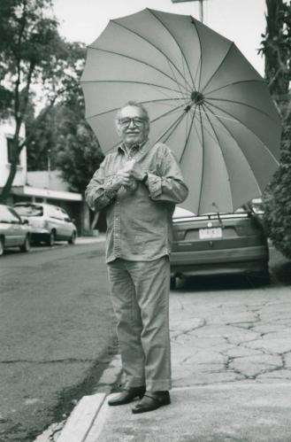 Gabriel García Márquez bajo un paraguas