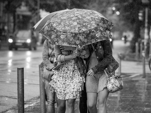 Chicas bajo la lluvia
