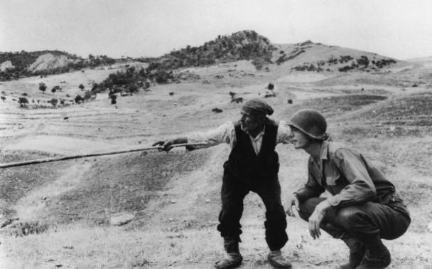 Robert Capa soldado estadounidense con campesino italiano Troina 1943