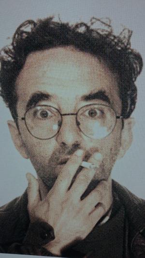 Roberto Bolaño fumando sorprendido