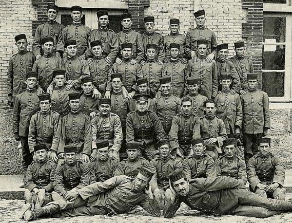 Grupo de soldados a la espera de ser enviados a la Guerra de Marruecos