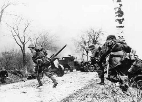 Soldados alemanes avanzando Batalla Ardenas