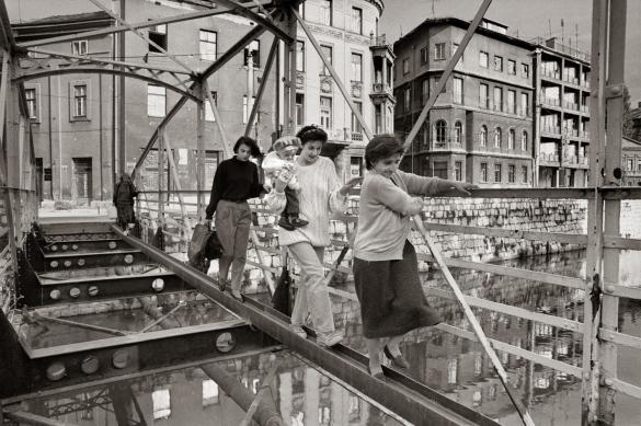 Gervasio Sanchez mujeres cruzando puente Sarajevo