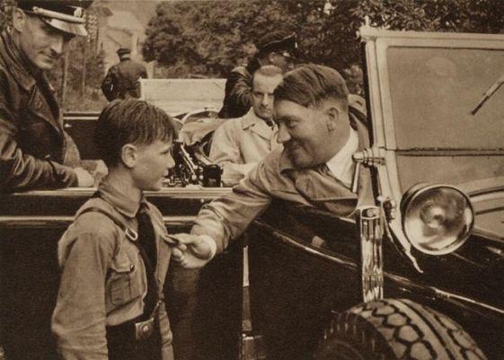 Hitler con un niño de las juventudes hitlerianas