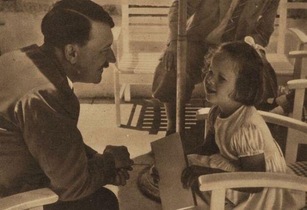 Hitler conversando con una niña