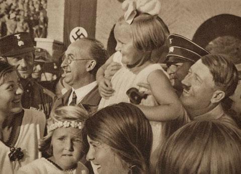 Hitler levanta en brazos a una niña