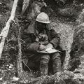 Soldado frances escribiendo una carta enVerdun