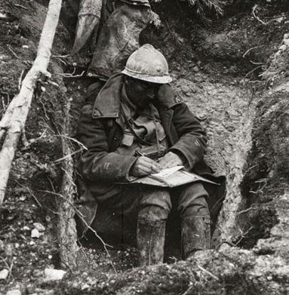 Soldado frances escribiendo una carta en Verdun