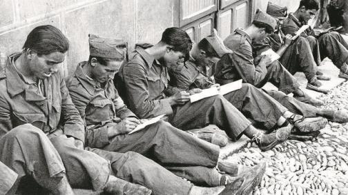Soldados republicanos escribiendo cartas