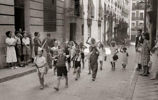 Foto Santos Yubero niños jugando a ser milicianos en Lavapiés