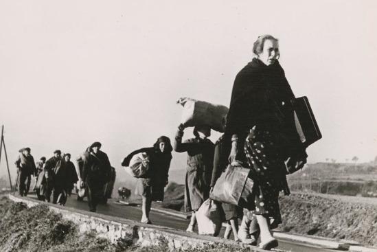 Refugiados españoles huyendo hacia la frontera francesa retratados por Robert Capa