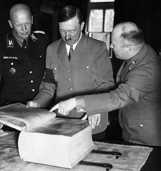 Adolf Hitler revisa una edición especial de 'Mein Kampf'