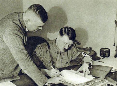 Hitler escribiendo