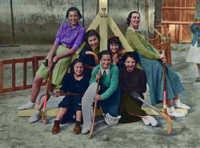 Gloria Fuertes con sus compañeras del equipo de hockey en 1936