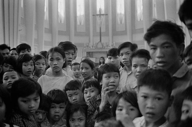 Civiles vietnamitas retratados por Catherine Leroy durante la batalla de Hué