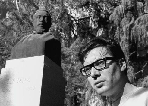 Umbral junto al busto de Larra